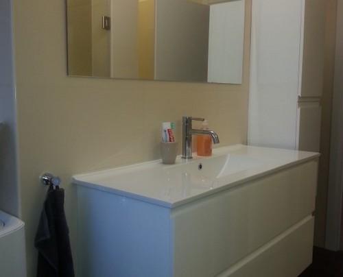 עיצוב חדר אמבטיה עם ארון לבן