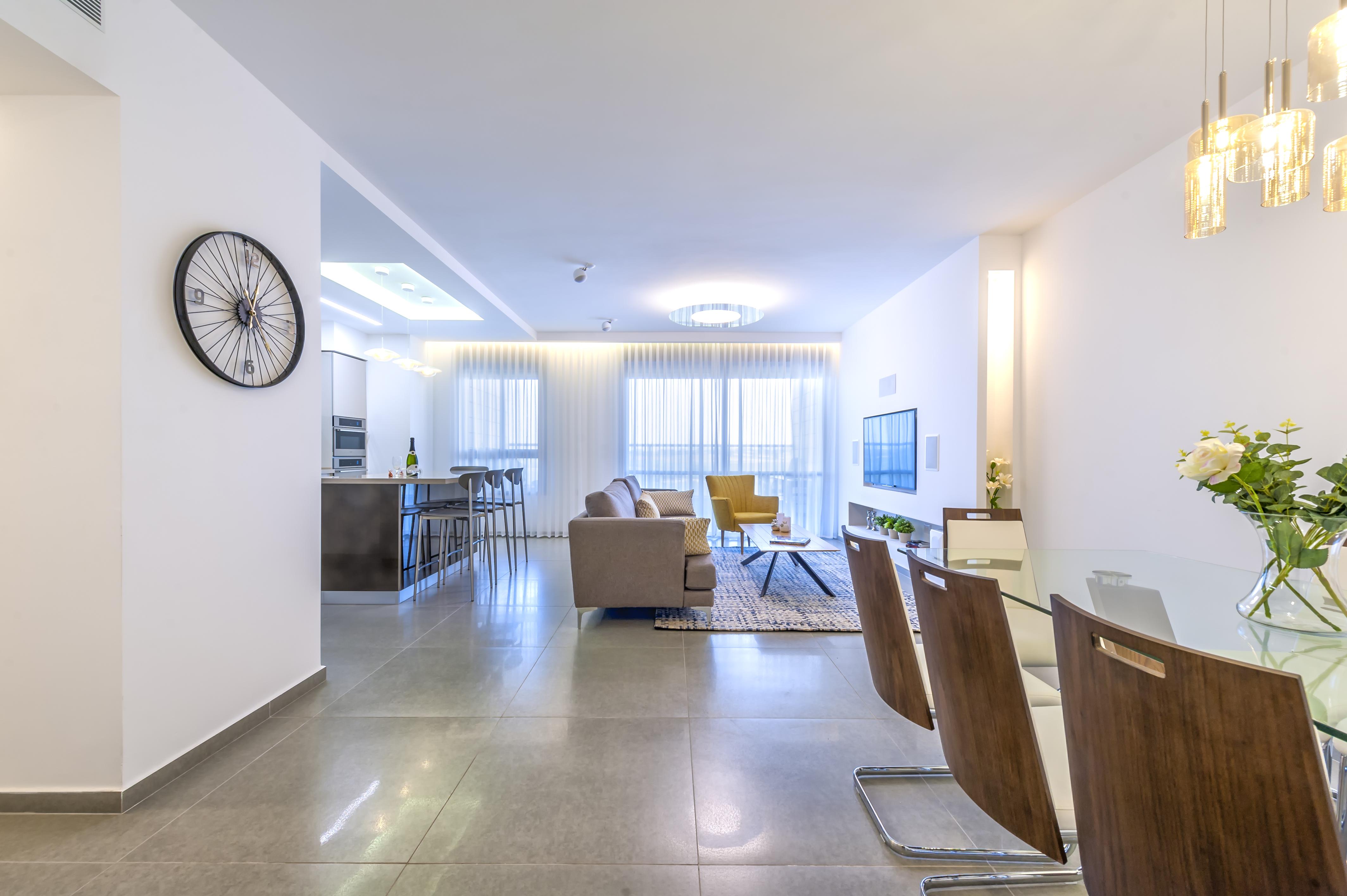 מבט לאורך הבית מדגיש את האור הטבעי בבית