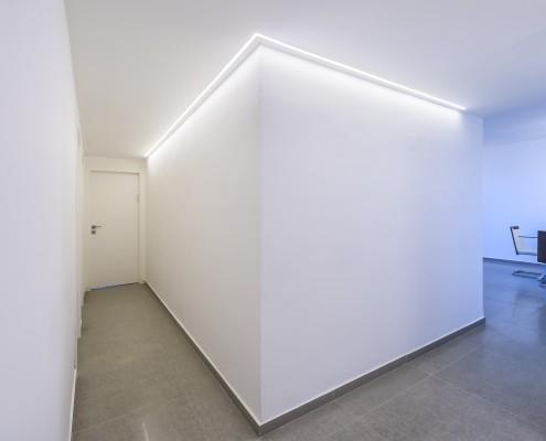 תאורת לד נסתרת למסדרון בפרויקט עיצוב פנים בכפר סבא