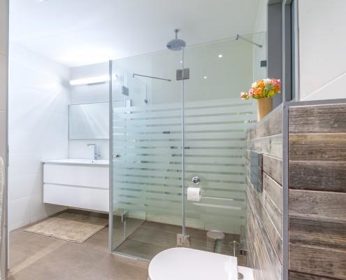 חדר אמבטיה מרכזי גדול ומרווח