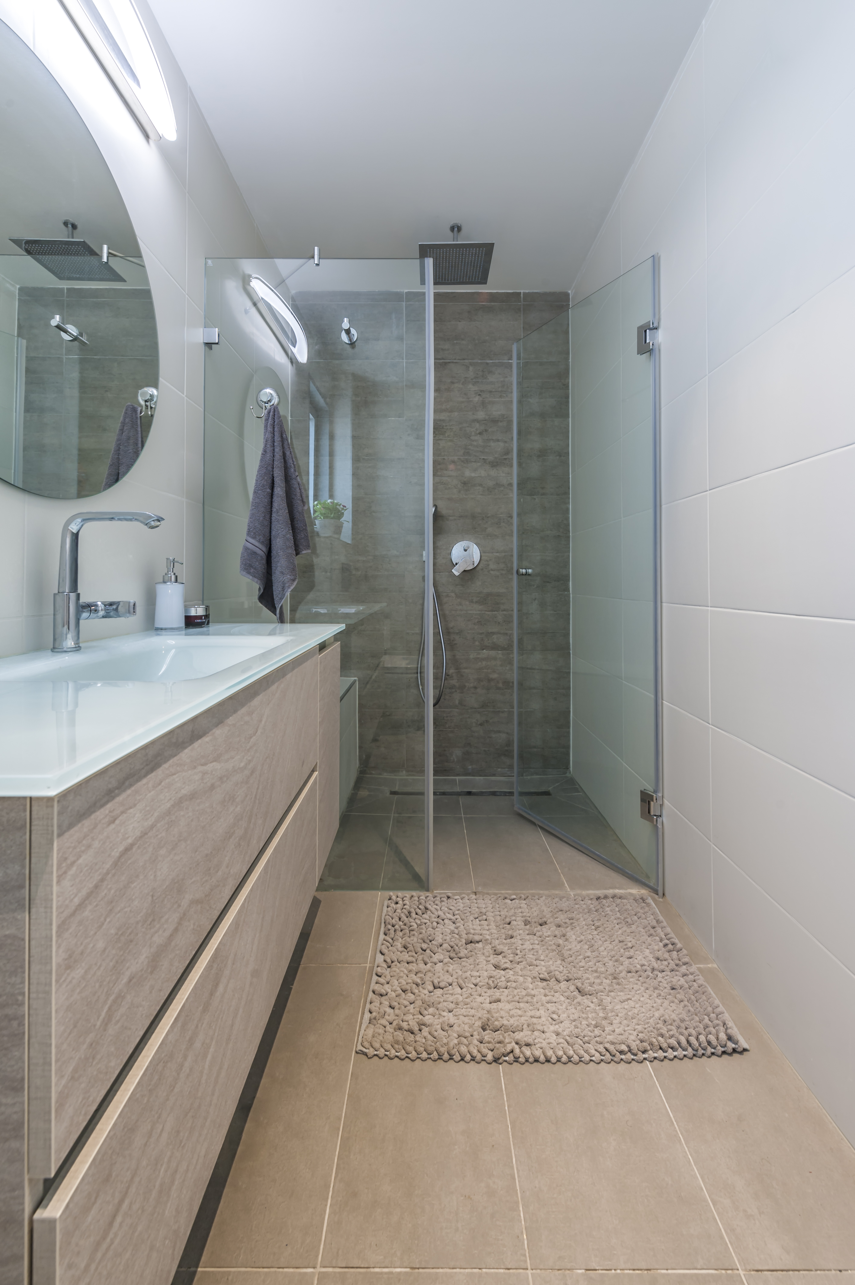 מקלחת הורים בעיצוב פנים מודרני קווים חלקים מגדילים את החלל