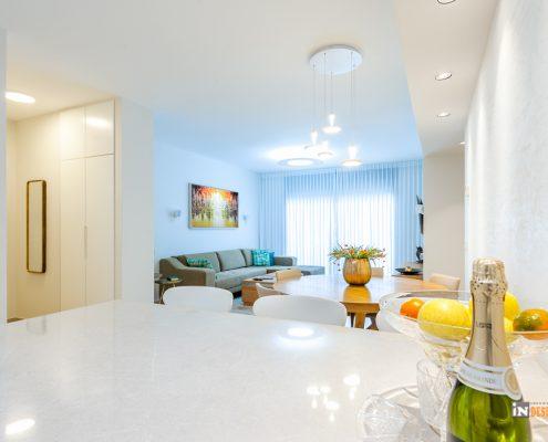 מבט צדדי אל הסלון המציג איך האור נשפך לתוך הבית