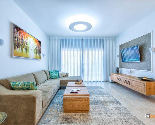 מבט אל הסלון מציג את מערכת הישיבה בשילוב ווילונות שנבחרו