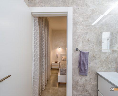 מבט לחדר שינה ממקלחת הורים בדירת קבלן חדשה