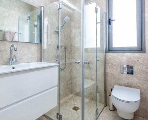 תכנון מקלחת הורים לדירה חדשה בעיצוב מודרני